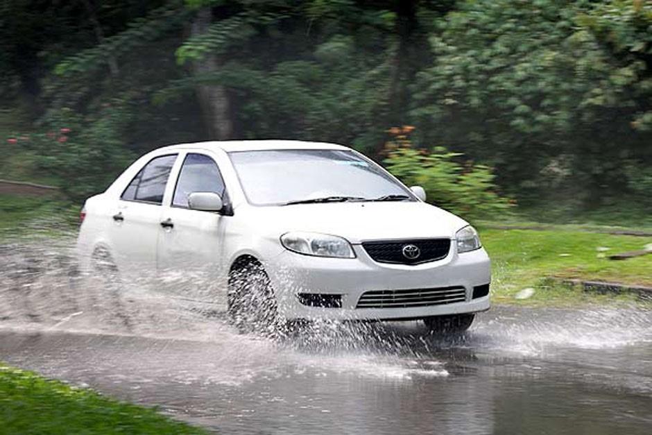 Berkendara Dibawah Cuaca Hujan, Hati – Hati Lewati Lubang Jalan dan Lumpur