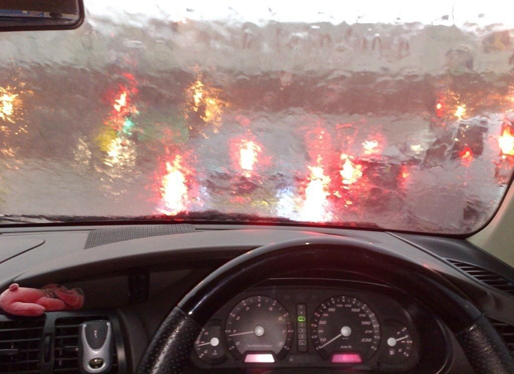 Hati – Hati Jaga Jarak, Pengembunan dan Lampu yang Tidak Terang saat Berkendara di Bawah Hujan